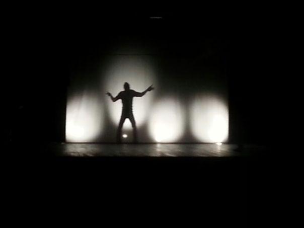 Giacomo dietro il telo